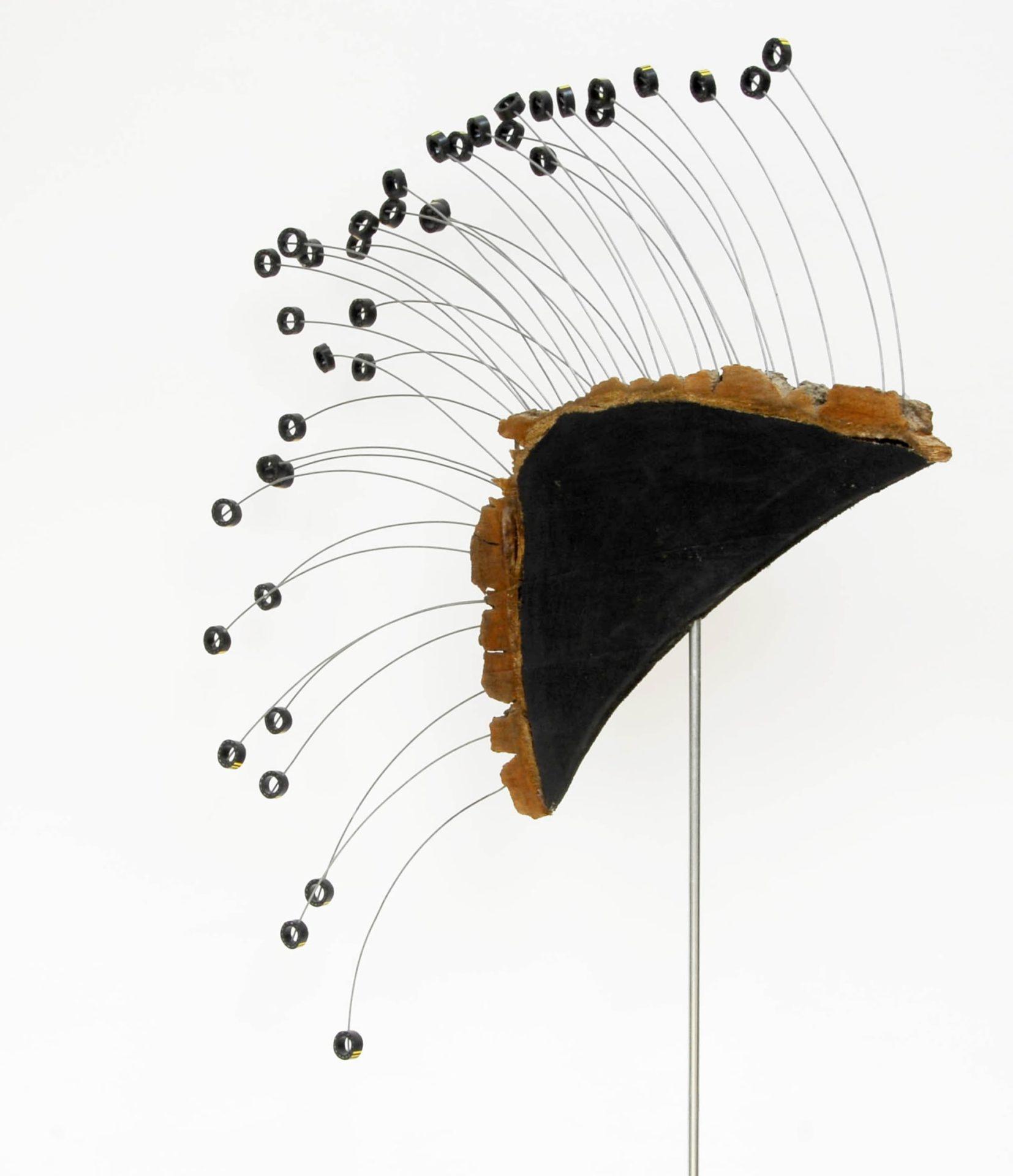 Objekt 0,50 x 0,50m – Holzkeil / Draht / Gummiringe (2013)